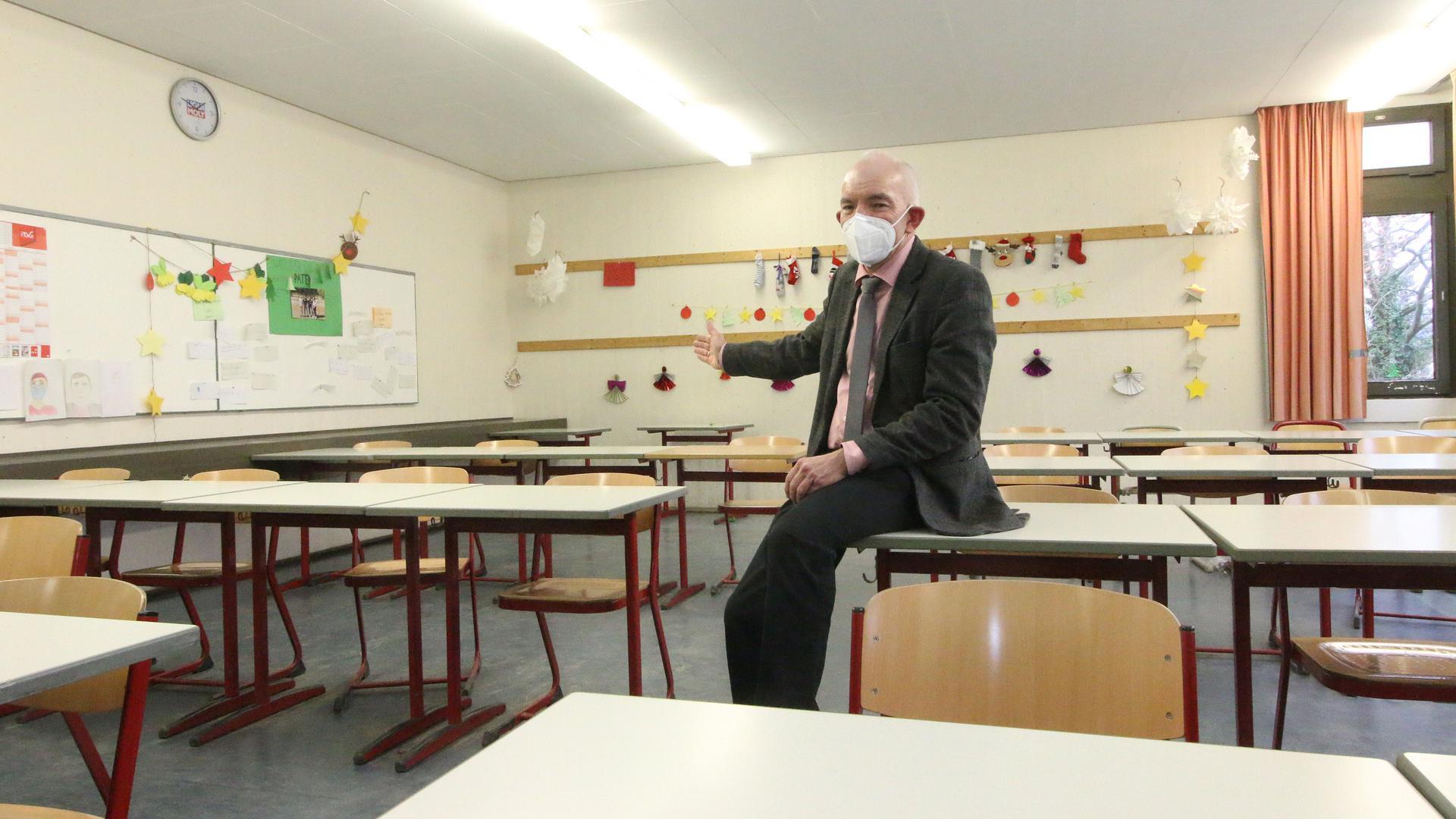 Hereinspaziert: Kai Adam, Rektor des Reuchlin-Gymnasium, freut sich darüber, dass in den Klassenzimmern bald wieder Präsenzunterricht stattfindet. Die Schule startet gut vorbereitet in den Regelbetrieb.