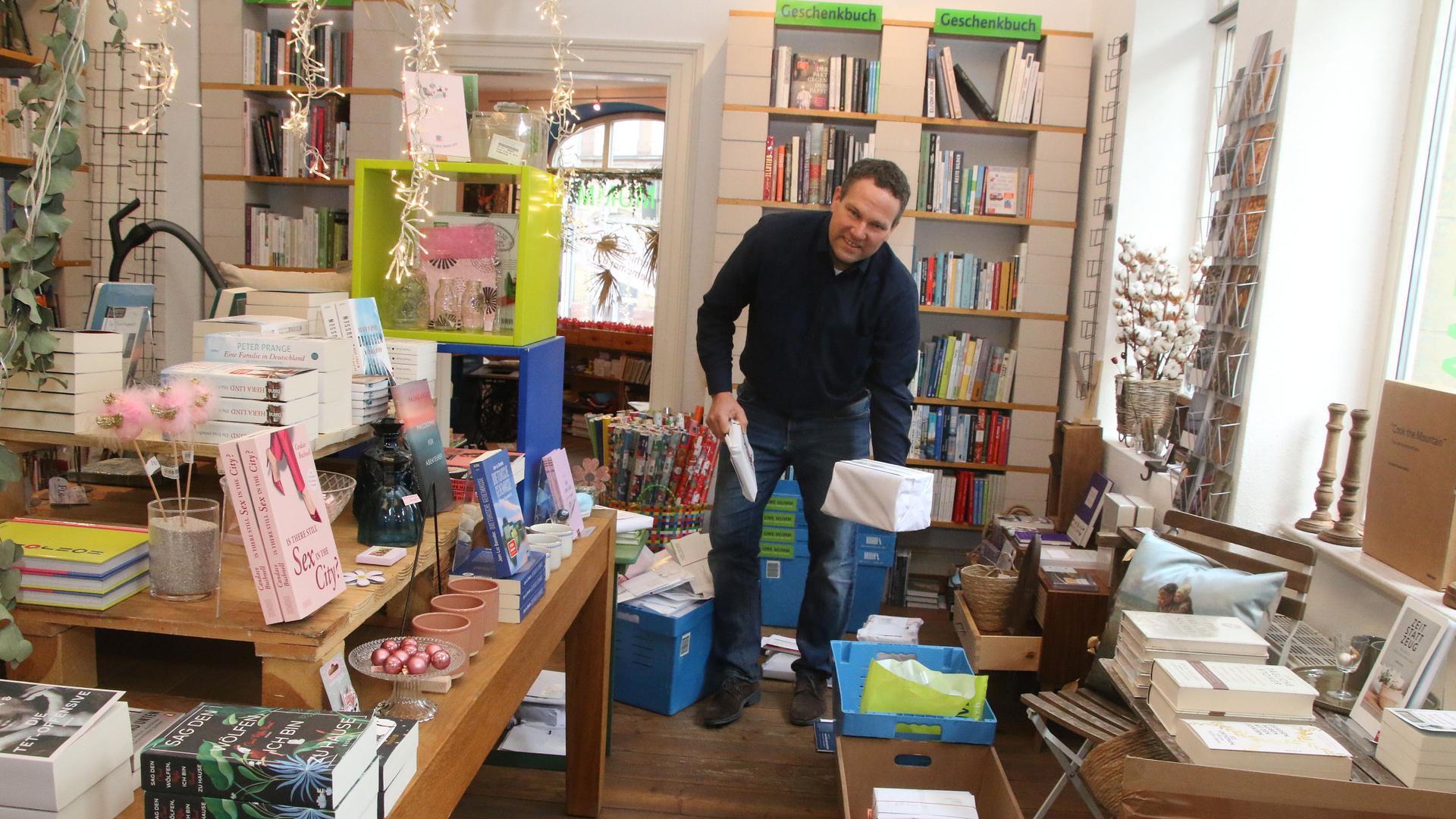 Von wegen Freizeit: Uwe Mumm hat zwar sein Geschäft geschlossen. Sein Buchhandel läuft dennoch mit Volllast weiter.