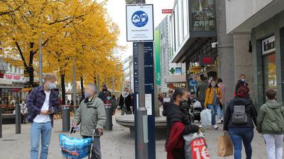 Besucher in der Pforzheimer Innenstadt am Samstagnachmittag. Fast alle tragen Schutzmasken.