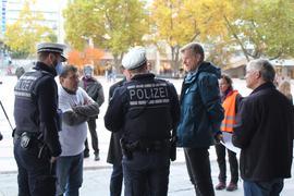 Die Polizei kontrolliert die Maskenpflicht bei der Corona-Demo auf dem Pforzheimer Marktplatz.