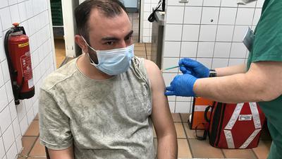Hat gar nicht wehgetan: Anas Mohammad Al-Daghli hat sich zusammen mit seinem Bruder impfen lassen. Ein wenig fühlt er sich wie ein Versuchskaninchen.