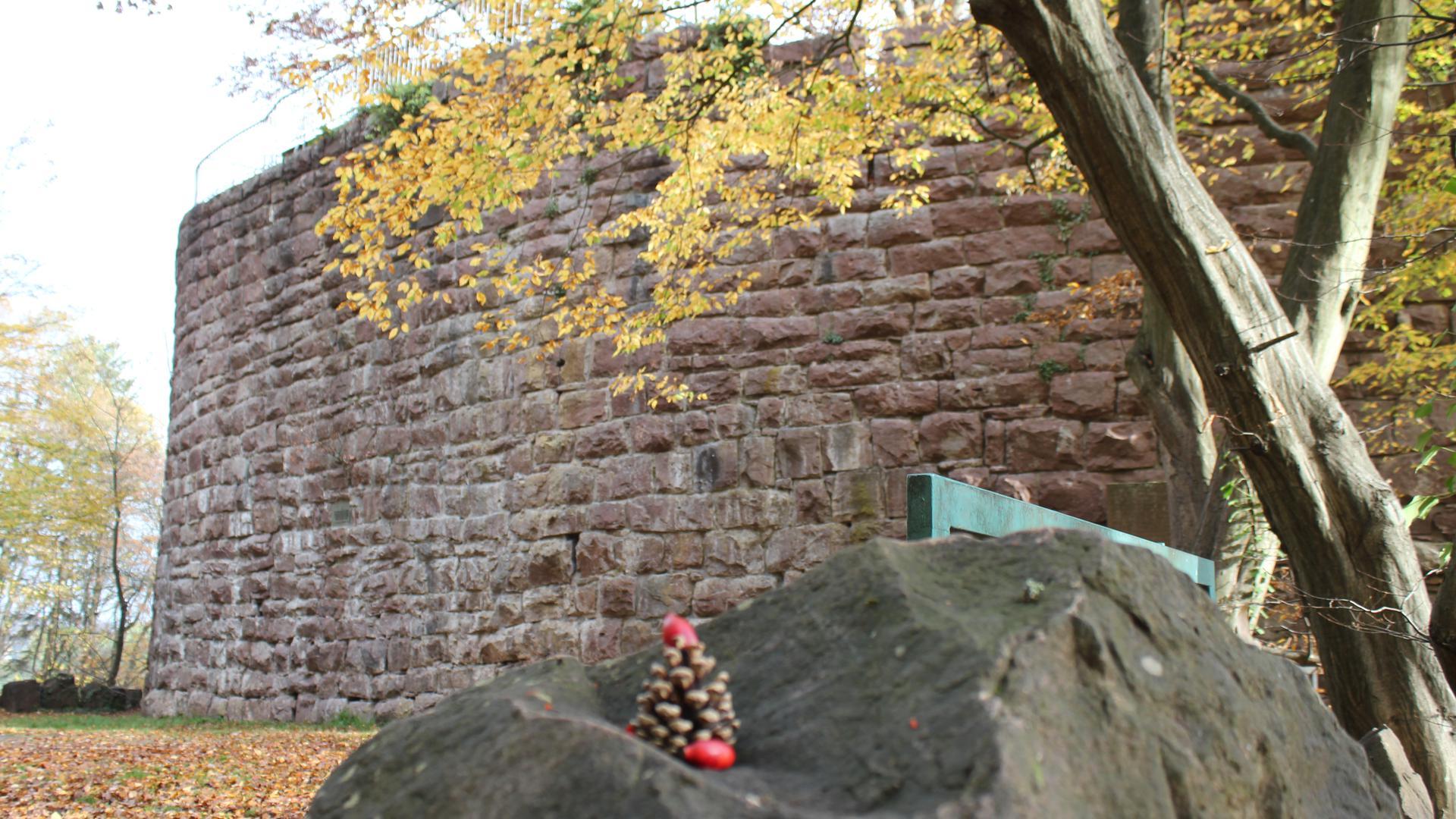 Mittelalterliche Wehranlage: Die Kräheneck in Dillweißenstein ist ein nicht vollendeter Verteidigungsbau für die unterhalb gelegene Burg Rabeneck. 1928 wurden die ersten Burgfestspiele hier veranstaltet.