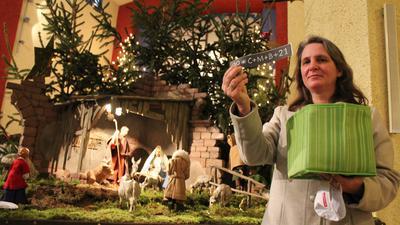 Segen zum Mitnehmen: An der Krippe in der Herz-Jesu-Kirche stehen die Umschläge mit dem Sternsinger-Segen zum Aufkleben. Als Gag befindet sich im Kuvert auch ein kleines Päckchen Weihrauch, erklärt Gemeindereferentin Barbara Ulmer.