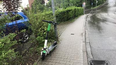 Keine 1,60 Meter: Nicht immer stellen Scooter-Fahrer ihre Fahrzeuge korrekt ab, wie hier in Dillweißenstein. Die vorgeschriebenen 1,60 Meter Gehwegbreite können hier jedenfalls nicht eingehalten werden.