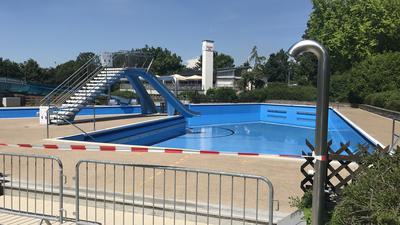 Wasser abgelassen: Das große Nichtschwimmerbecken mit Rutsche im Wartbergbad ist erst einmal wieder geschlossen, nachdem sich Badegäste über blaue Füße gewundert hatten.