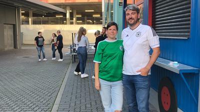 Die gute Laune nicht verloren: Marco Dannwolf und Michaela Larsen haben das Spiel im Irish Pub in Pforzheim geschaut. Nun wollen sie einer anderen Mannschaft die Daumen drücken.