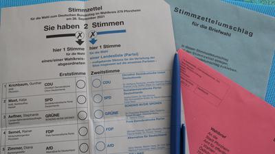 Ausfüllen auf der Couch: Schon bei der Landtagswahl kam rund die Hälfte der Stimmen in Pforzheim und Enzkreis per Post an. Die Zahlen steigen nun noch einmal an.