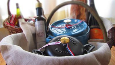 Gusseisentöpfe, Wein, Brot und Öl in Körben