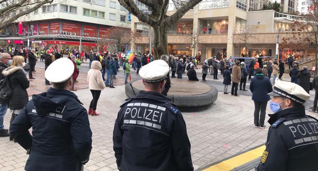 Mit Abstand und unter den Augen zahlreicher Polizisten kamen am Samstag rund 170 Menschen zusammen, um gegen Corona-Leugner und Antidemokraten Flagge zu zeigen.