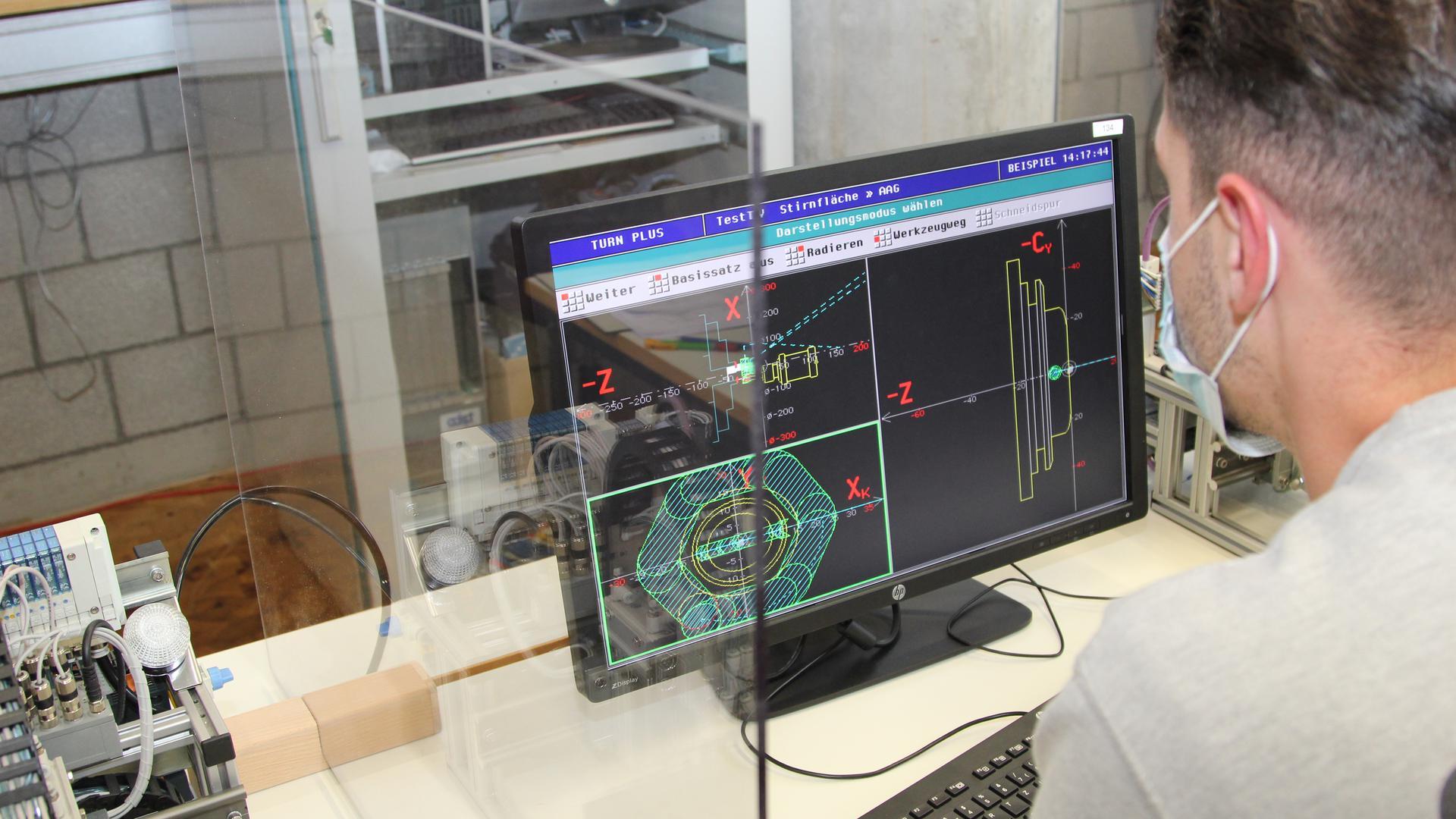 Corona-Arbeitsplatz in einem Labor an der Hochschule Pforzheim