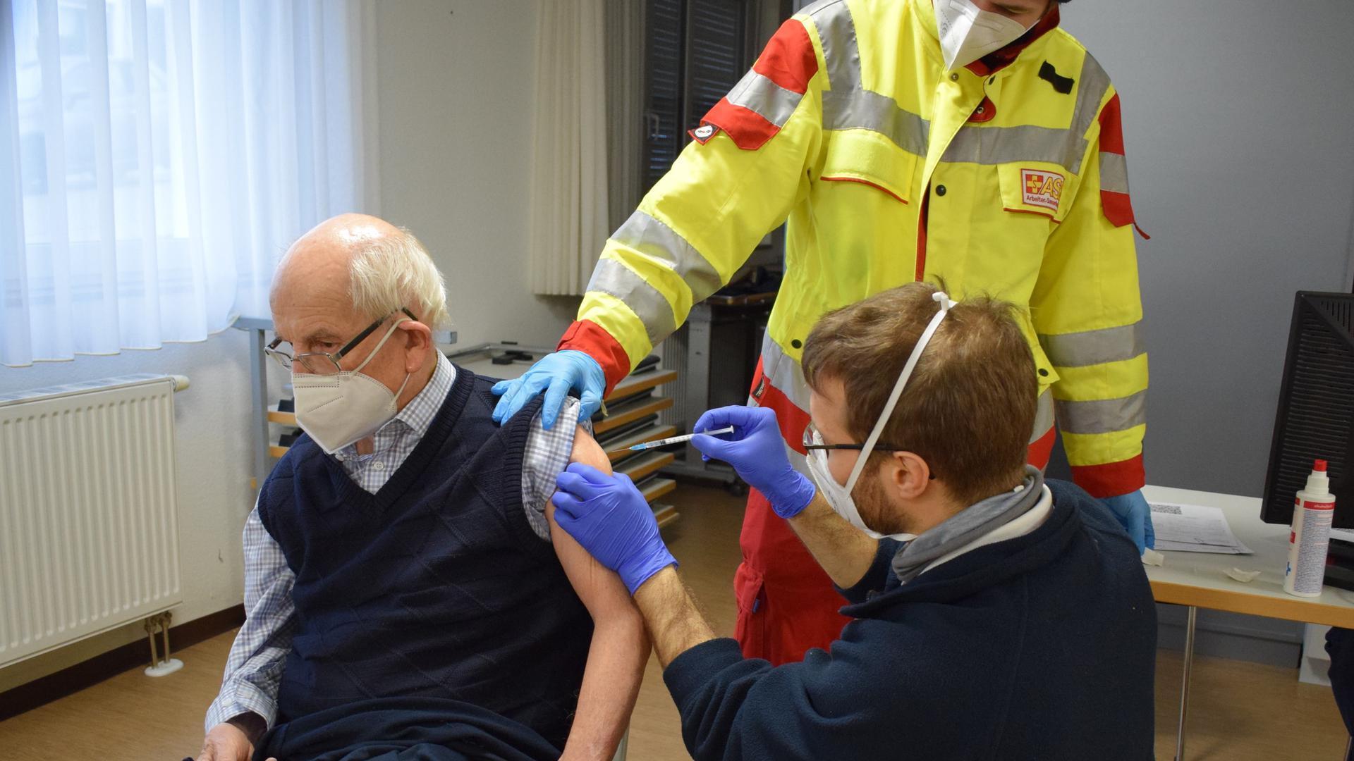 Ein kurzer Pieks und es ist vorbei: Hans Meyer ist der erste Bewohner im Seniorenhaus am Rathausmarkt Waldbronn, der gegen das Coronavirus geimpft wird.