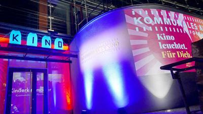 """Aufmerksamkeit für die prekäre Lage: Während das Motto """"Kino leuchtet"""" auf der Außenwand des """"Koki"""" hell und farbenfroh erscheint, bleibt es im Kino, wie in den vergangenen Wochen auch, dunkel."""