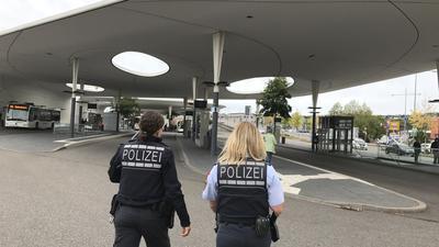 Zwei Polizistinnen laufen auf den Busbahnhof in Pforzheim zu.