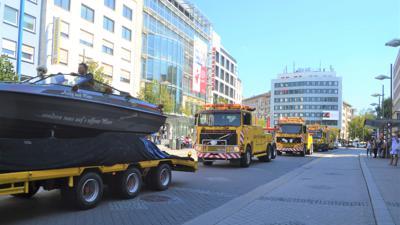 Abschleppwagen begleiten ein Brautpaar durch die Pforzheimer Innenstadt.