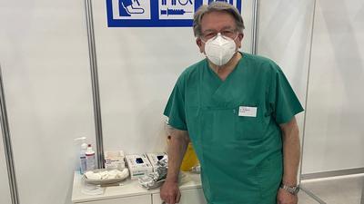 Wiedersehen mit Spritze: Viele Impflinge bedankten sich bei Wolfgang Kramer auch für bestandene Operationen in der Vergangenheit.