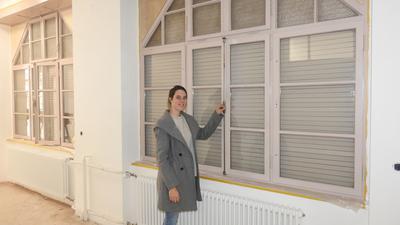 Pforzheims Denkmalschützerin Stéphanie Toussaint bei einem Haus in der Kreuzstraße 1