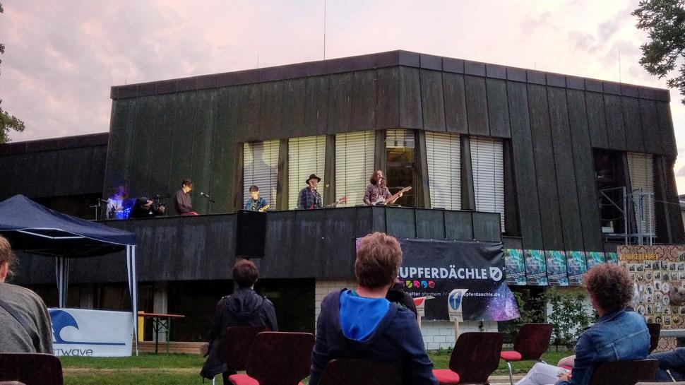 Die Band The Sciences spielen auf dem Balkon des Jugendtreffs Kupferdächle. Publikum sitzt davor.