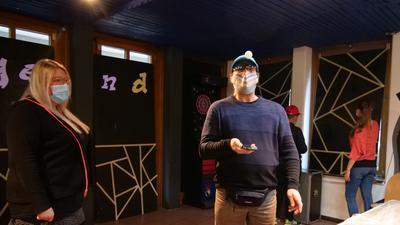 Nathalie Pavan und Hans-Dieter Trautz laden Kinder und Jugendliche zu Online-Challenges ein. Wie es funktioniert, demonstrieren sie in Videos - hier mit einem Tischtennisball