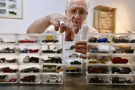 Stapelware: In den Originalboxen verwahrt René Lang seine kleinen Schätze. Viele seiner Modellautos hat der Designer nach seinem Geschmack umgestaltet.