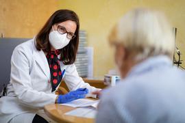 Nicola Buhlinger-Göpfarth (l), Fachärztin für Allgemeinmedizin, spricht in ihrer Praxis mit einer Patientin, die wenig später ihre zweite Corona-Impfung erhält. +++ dpa-Bildfunk +++