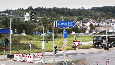 Autobahnausbau A8. Die Anschlussstelle Pforzheim-Ost ist von Pforzheim kommend Fahrtrichtung Karlsruhe gesperrt