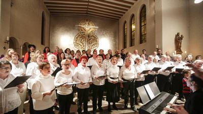 """In der katholischen Kirche Liebfrauen Niefern. Beim Weihnachtskonzert der Chorgemeinschaft Niefern singen gemischter Chor, Männerensemble """"6 für 4"""" und PuSCH-Chor zusammen."""