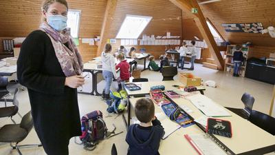 Notbetreuung an der Grundschule (Kirnbachschule GWRS) während der Corona-Pandemie. Lehrerin Miriam Koch mit den KIndern der Klassenstufe 1.