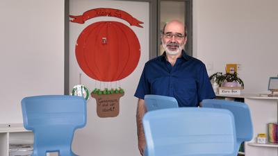 Vor dem neuen Schuljahr in Zeiten von Corona: Joachim Eichhorn (Rektor der Kirnbachschule GWRS Niefern) in einem Klassenzimmer.