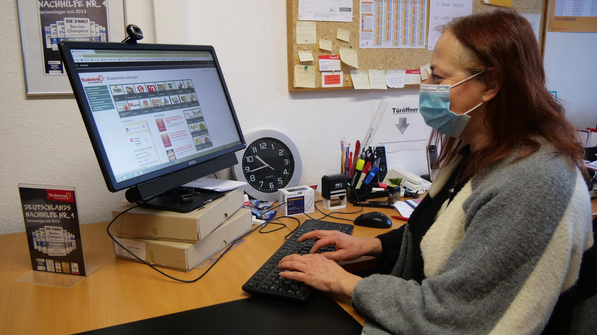 Eine Frau sitzt vor dem Computer