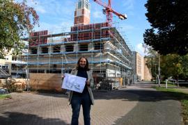 Claudia Becker vor dem Rohbau des neuen Gemeindezentrums
