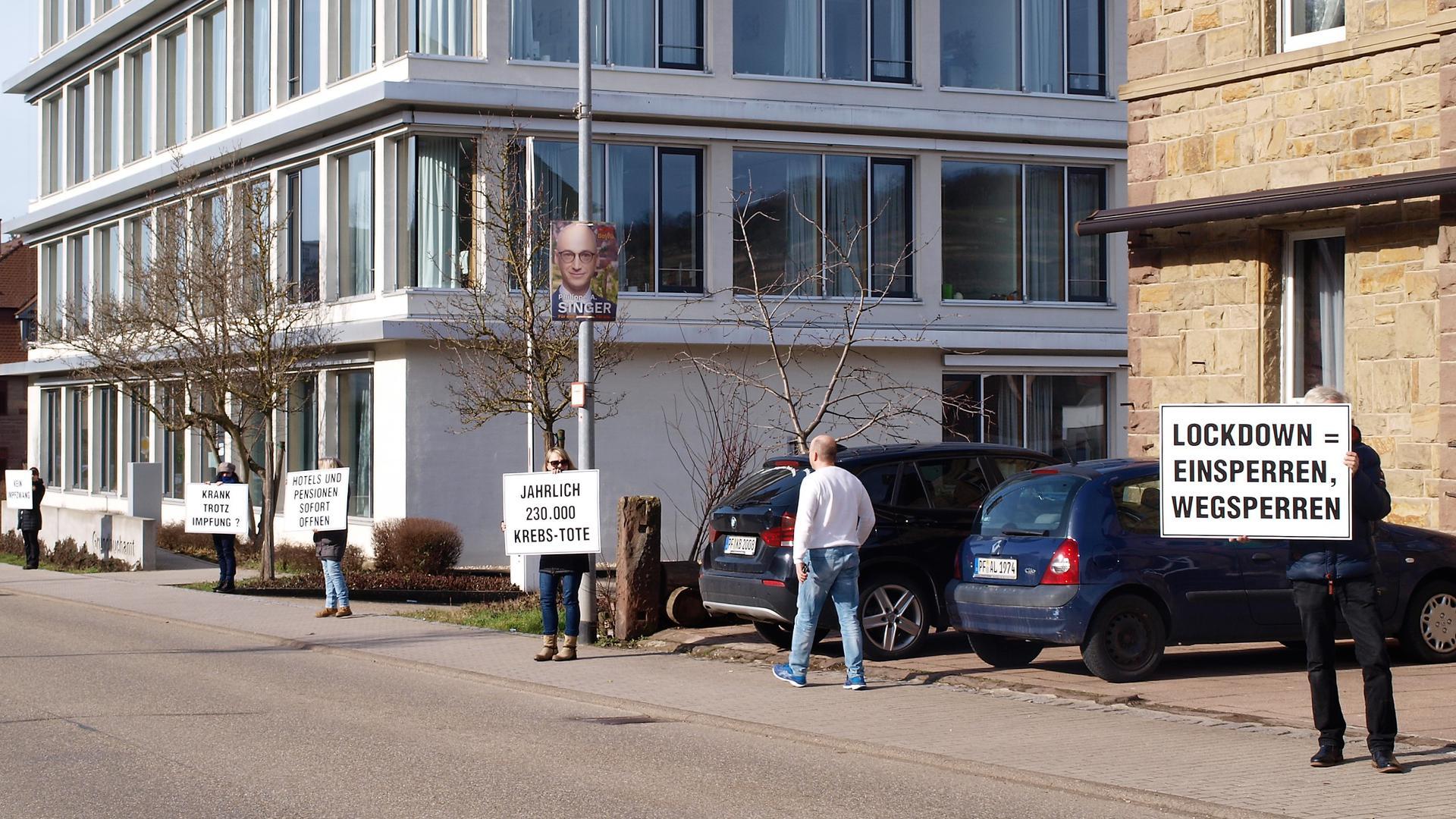 Dies ist keine Demo: Ihre Meinung kundgetan haben einige Lockdown-Gegner in einer Flashmob-Aktion in Maulbronn und Mühlacker. Eine offizielle Demonstration soll es nicht gewesen sein.