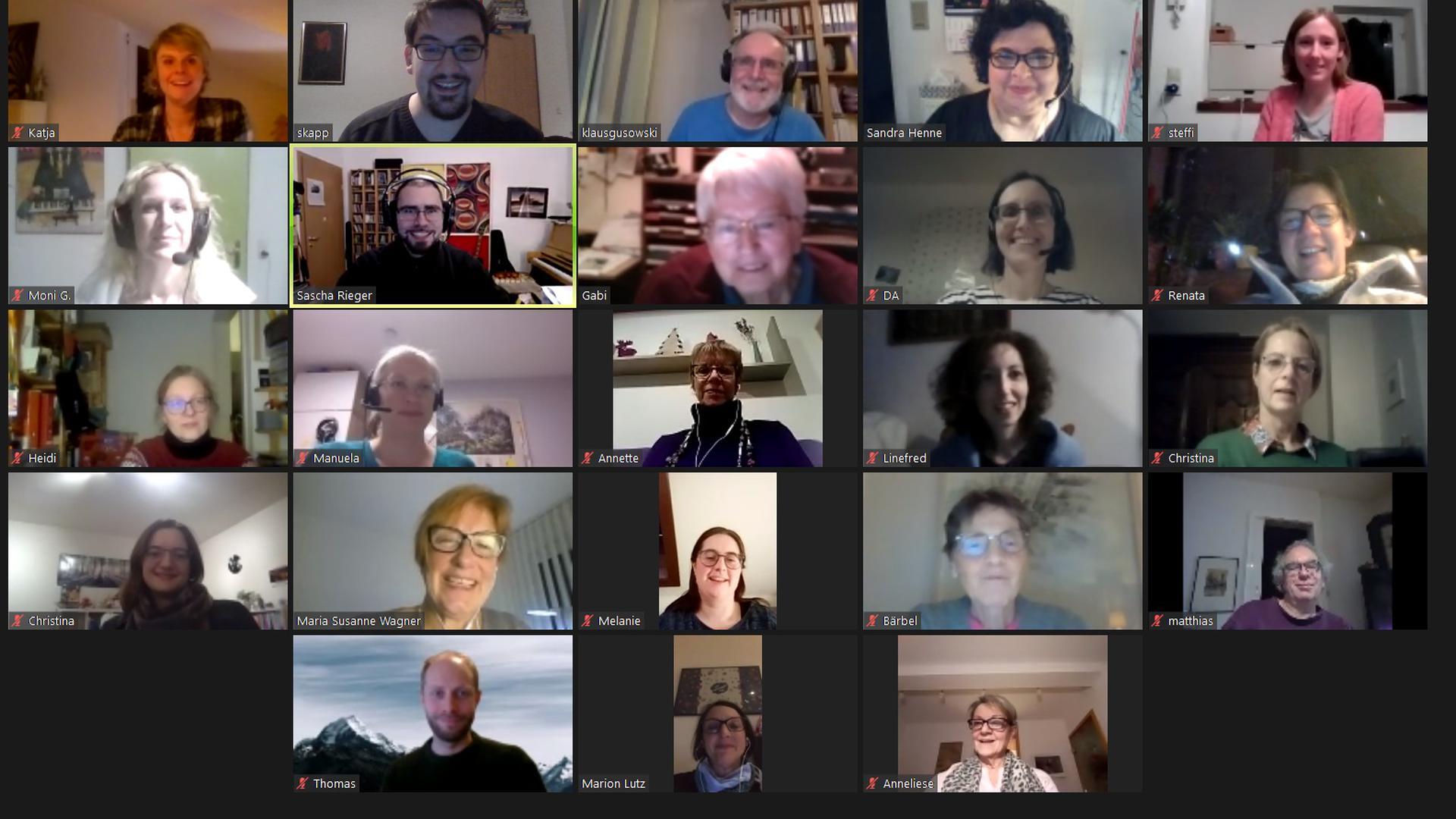 23 Gesichter schauen in einer Liveschalte durch 23 kleine Kästchen auf einem Bildschirm
