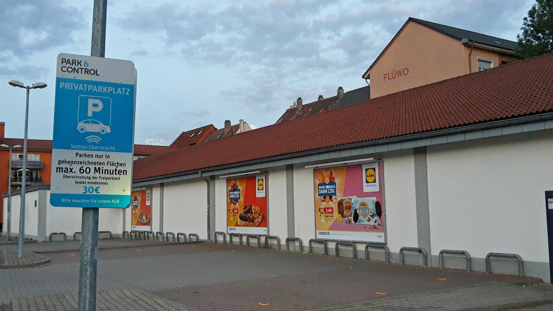 Umstrittene Maßnahmen: Auf dem Lidl-Parkplatz setzt die Firma Park and Control seit 2019 eine Sensortechnik ein, anders als im Dänischen Bettenlager nebenan. Kritik gibt es an allen drei Unternehmen.