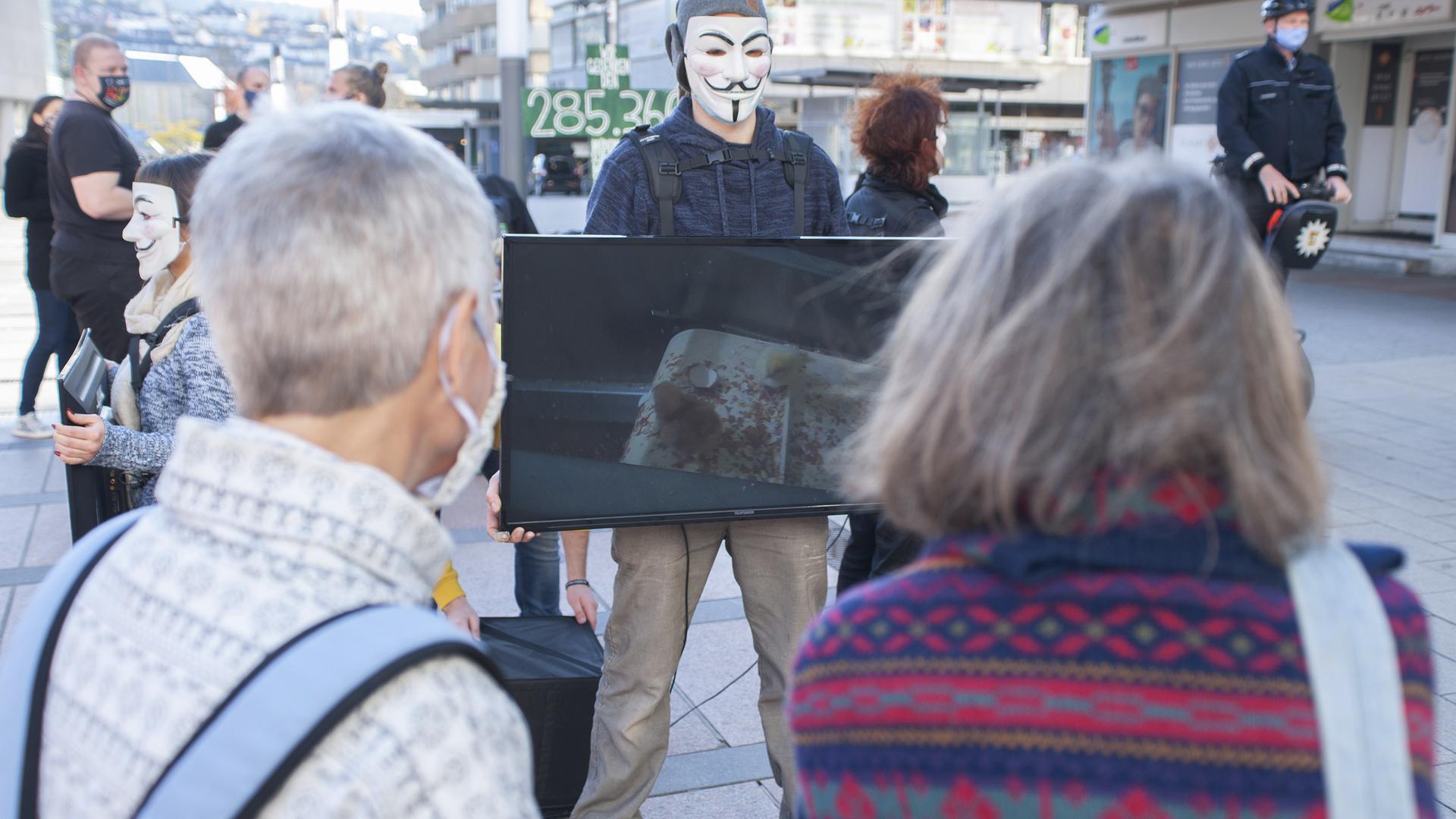 Cube of Truth – Aktion von Activists for the Victims am 14.11.2020 auf dem Rathaus- / Marktplatz in Pforzheim.