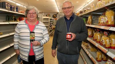 Rosmarie und Helmut Pischzan beim Ausverkauf ihres Edeka-Ladens im ehemaligen Sinn-Leffers-Gebäude an der Ecke Leopold-, Zerrennerstraße in Pforzheim.