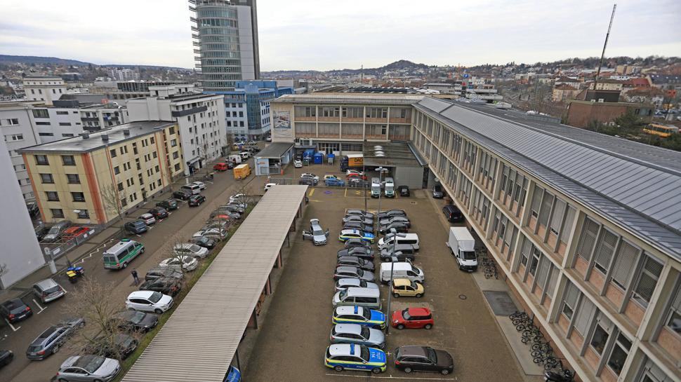 Polizeipräsidium Pforzheim: Wo jetzt Autos parken, plant das Land einen Neubau für ein neues Einsatz- und Lagezentrum. Es wird allerdings mit Rücksicht auf Denkmalschutz und maßstäbliche Vorgaben bedeutend kleiner als Ende 2019 in einer Studie skizziert.