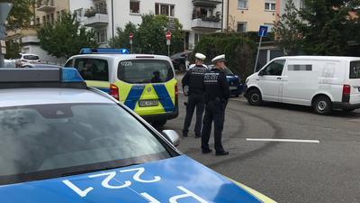 Polizeibeamte vor der Pforzheimer Südstadtschule