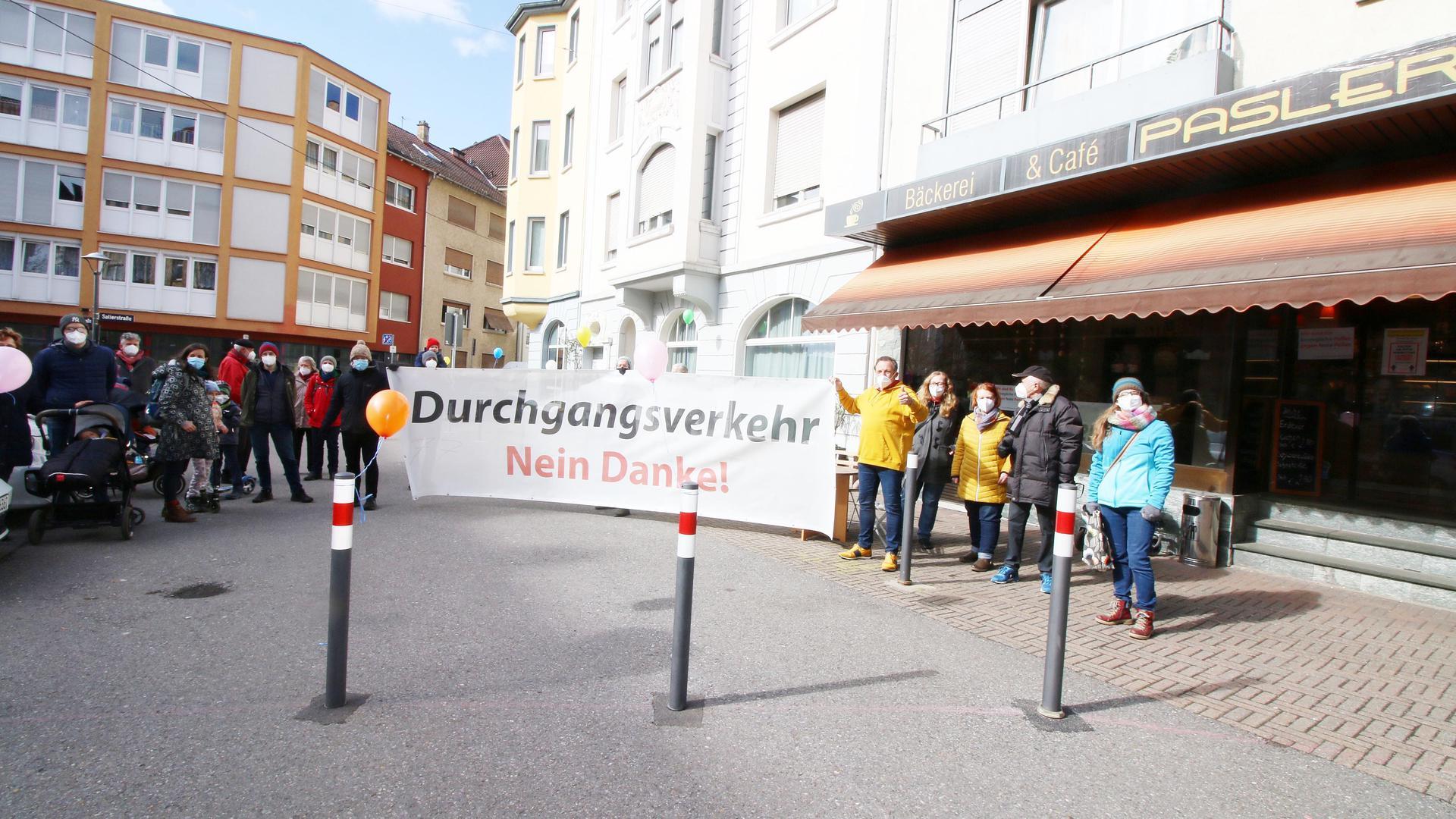 Menschengruppe in der Pforzheimer Nordstadt auf Ebersteinplatz