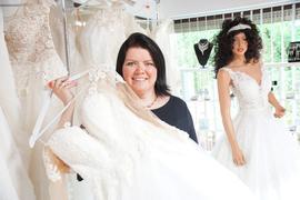 Geschäft mit Brautkleidern und der Inhaberin