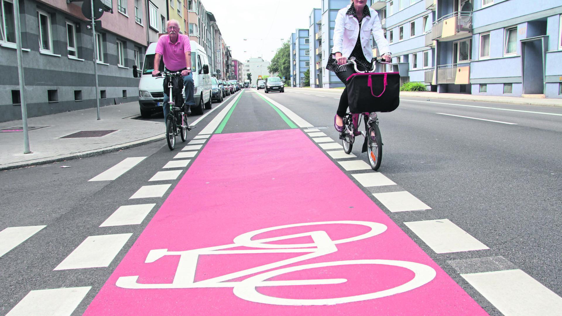 Die Östliche Karl-Friedrich-Straße erhielt im Zuge des Radverkehrskonzepts von 2013 einen Fahrradstreifen.