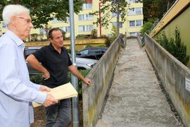Zwei Männer auf einer Art Brücke