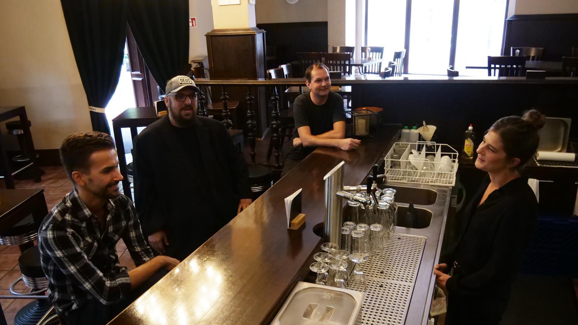 Simon Schimmelpfenning, Karim Moussavi, Jan Steinle und Ines Blattner an der Bar im Rosenrot