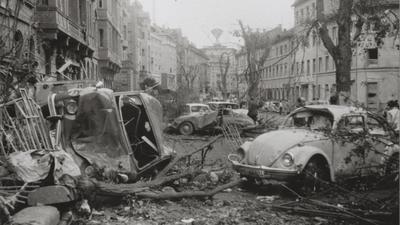 Kaputte Autos und Häuser als Opfer des Tornados
