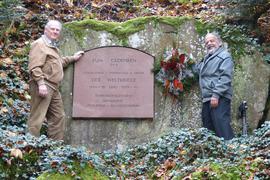 Zwei Männer vor Gedenkstein