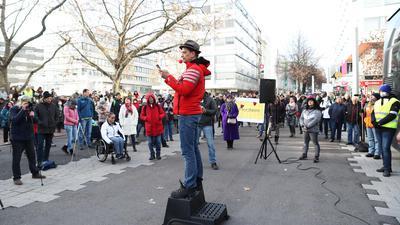 Gefeiert in Pforzheim: Bodo Schiffmann, Arzt aus Sinsheim, machte auf seiner Tour durch Deutschland nun auch Station in der Goldstadt. Zwischen 450 und 500 Teilnehmer lauschten seiner Rede.