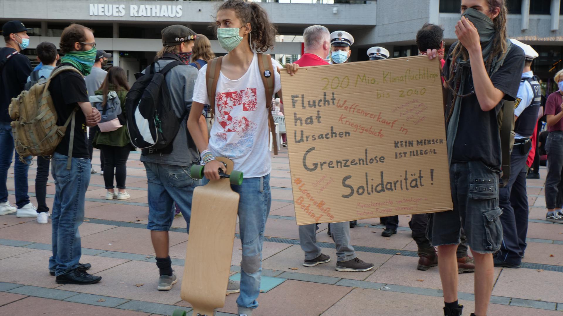Demonstranten auf dem Pforzheimer Marktplatz zur Seebrücke