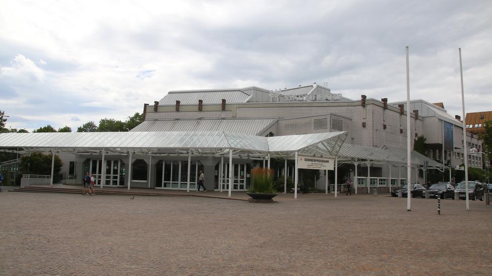 Theatergebäude unter Wolken.