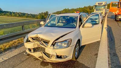 Bei einem Unfall mit einem Lkw auf der A8 wurden am Montagmorgen sechs Autos beschädigt. Auf der Straße lief Diesel aus.