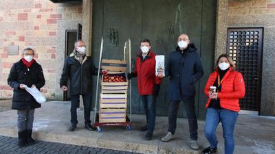 Menschen vor der Stadtkirche Pforzheim