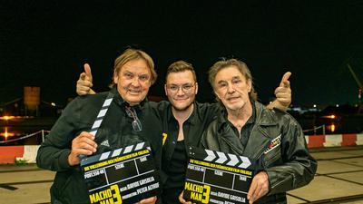 Produzent Peter Althof und Regisseur Davide Grisolia posieren beim Dreh für Macho Man 3 mit René Weller (von links)
